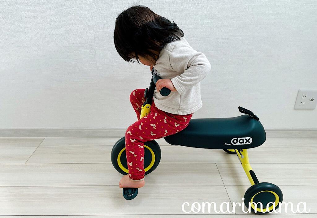 ディーバイクダックスのペダルを漕ぐ女の子
